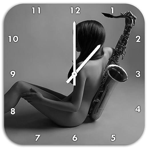 Stil.Zeit Attraktive Frau mit Saxophone, Wanduhr Quadratisch Durchmesser 48cm mit weißen Spitzen Zeigern und Ziffernblatt