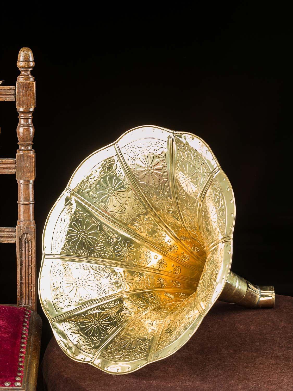 Bocina de gramófono de Cuerno con Adornos de Oro en Estilo Antiguo ...