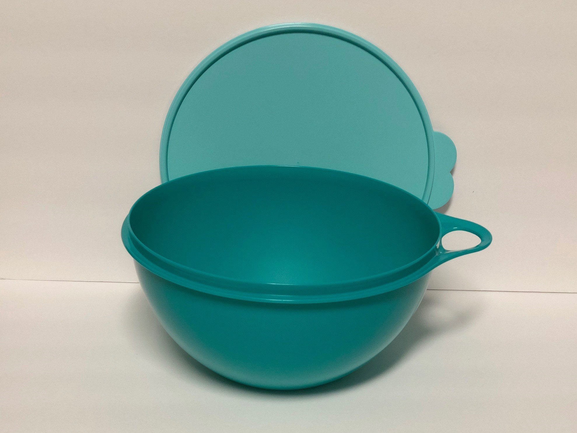 Tupperware 19 Cup Thatsa Medium Bowl in Teal