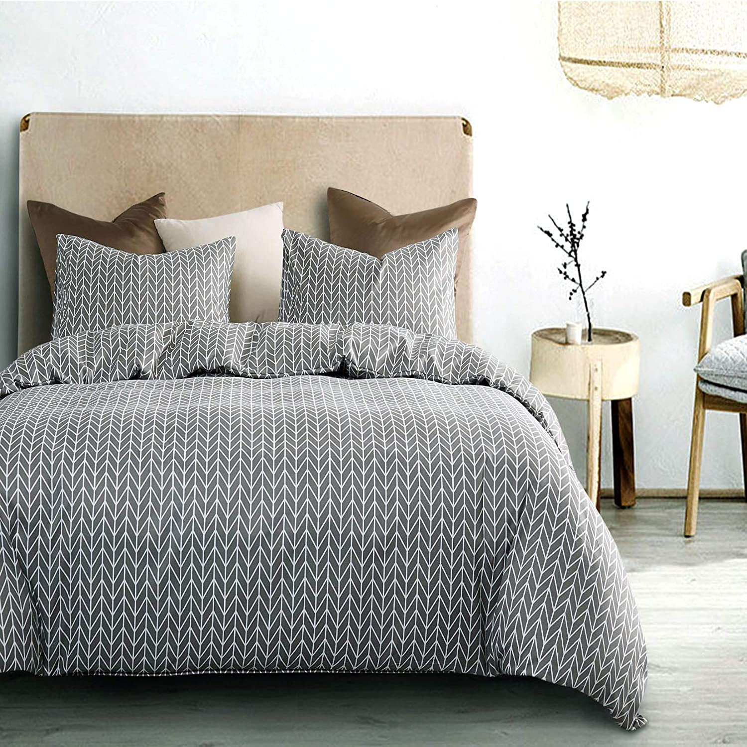 Wake In Cloud - Gray Chevron Comforter Set, Zig Zag Geometric Modern Pattern Printed on Grey, Soft Microfiber Bedding