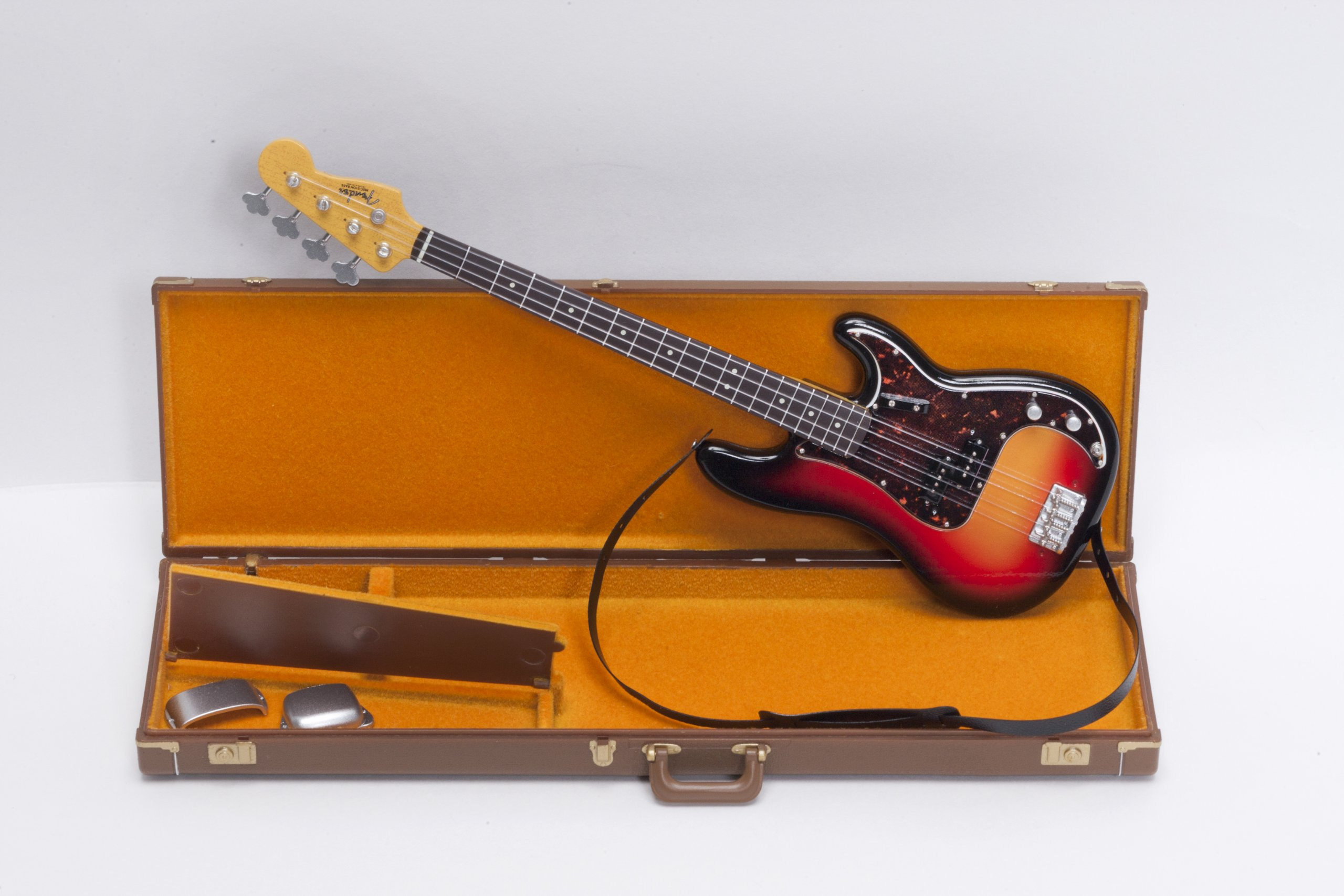 FENDER THE BEST COLLECTION 1962 PRECISION BASS & BROWN TOLEX CASE (Guitar Legend Series) (Japanese Edition)