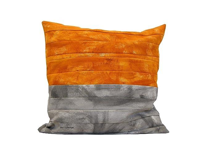 Coussin orange et gris de bandes peintes,