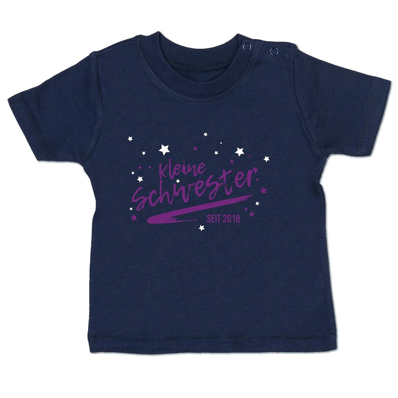 Shirtracer Geburtstag Baby - kleine Schwester seit 2018 - Babyshirt Kurzarm BZ02
