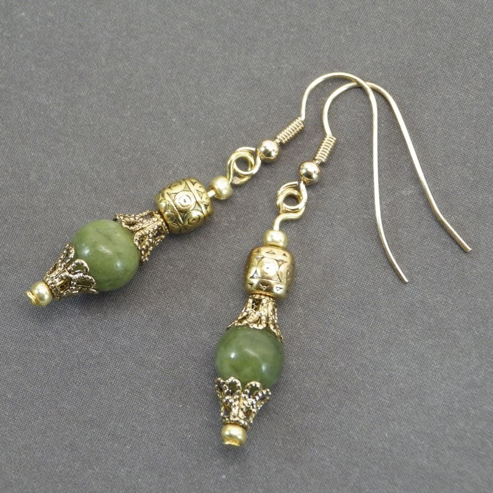 Pendientes Thurcolas en cuentas de jade naturales y copas de filigrana de color oro antiguo