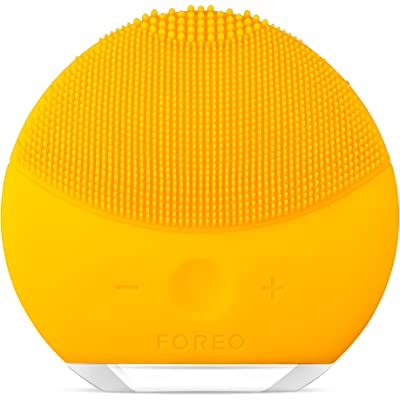LUNA mini 2 de FOREO es el limpiador facial con modo anti-edad. Un cepillo facial sónico de silicona, para todo tipo de piel |Sunflower Yellow| Recargable a través USB
