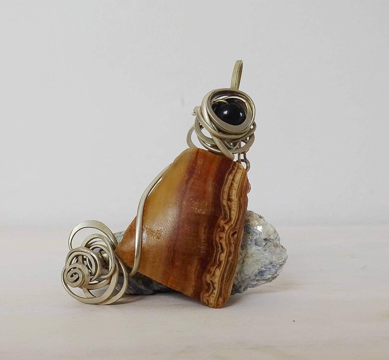 Colgante artesanal con calcita marrón y esfera de ónix naturales