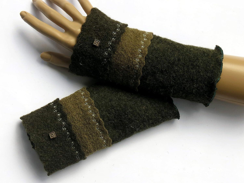 Armstulpen/Pulswärmer aus Wollmischgewebe (Wollmischung) und aus Walkwolle (Walk, Walkstoff) in tiefem Tannenbaumgrün und dunklem Olivgrün; Charm (Designer-Perle), Zierstiche