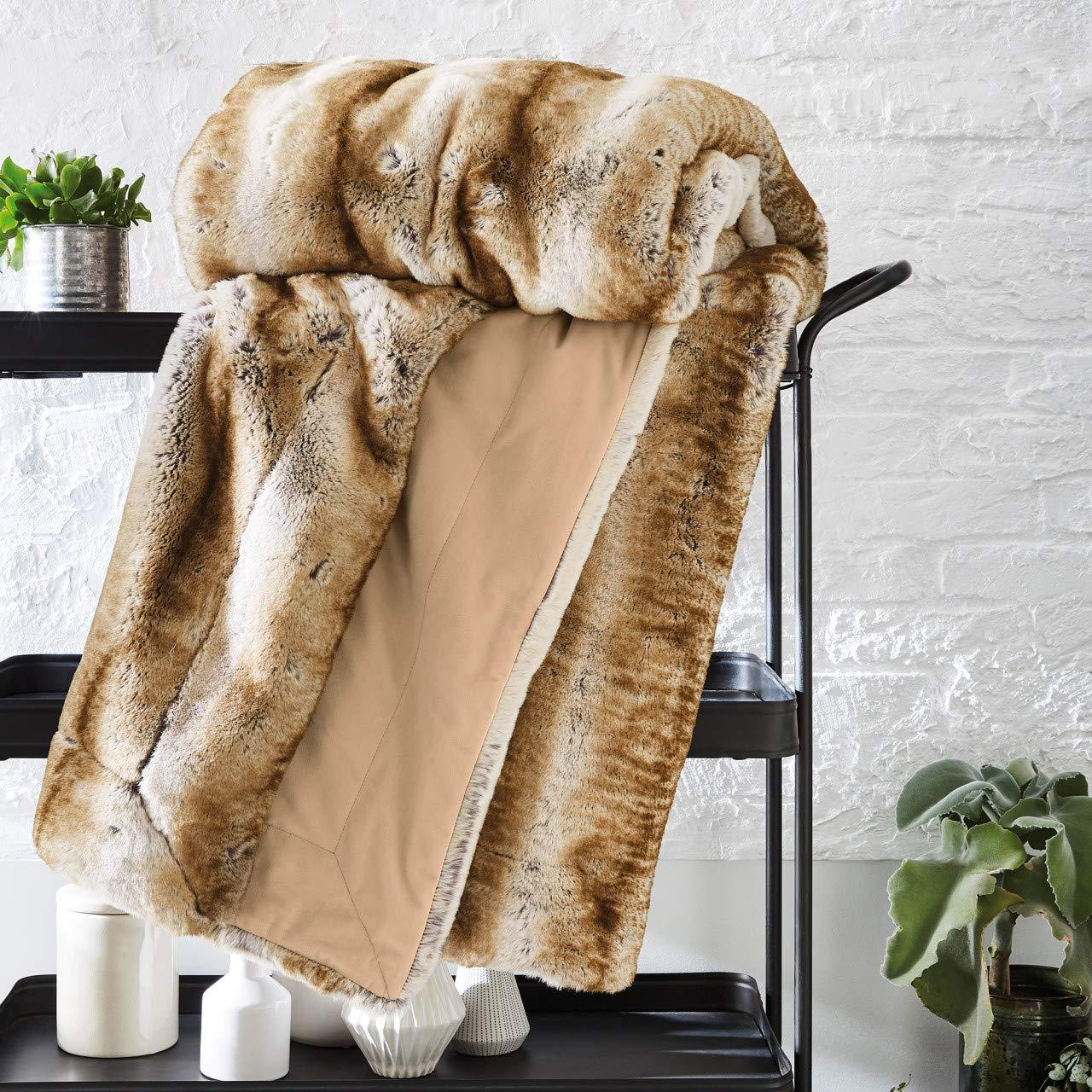 Bugatti Fellimitat Decke, Kuscheldecke aus hochwetigem Fellimitat beige, Sofadecke in edeler Felloptik 150x200 cm, Extra weiche und angenehm wärmende Kunstfelldecke, edele Tagesdecke