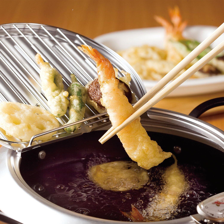天ぷら鍋で揚げたエビ