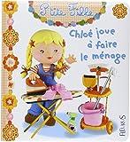 Chloé joue à faire le ménage