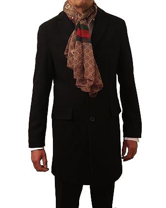 Schwarzer mantel zu blauem anzug