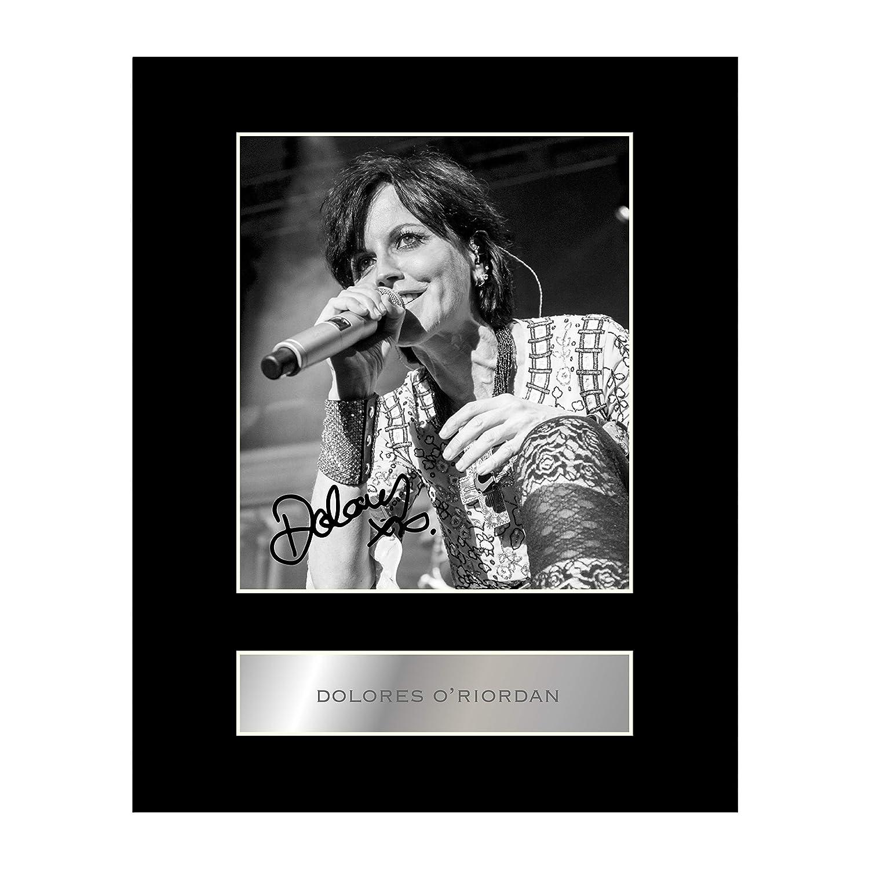 Photo dédicacée de la chanteuse Dolores O 'Riordan montée sur support Iconic pics