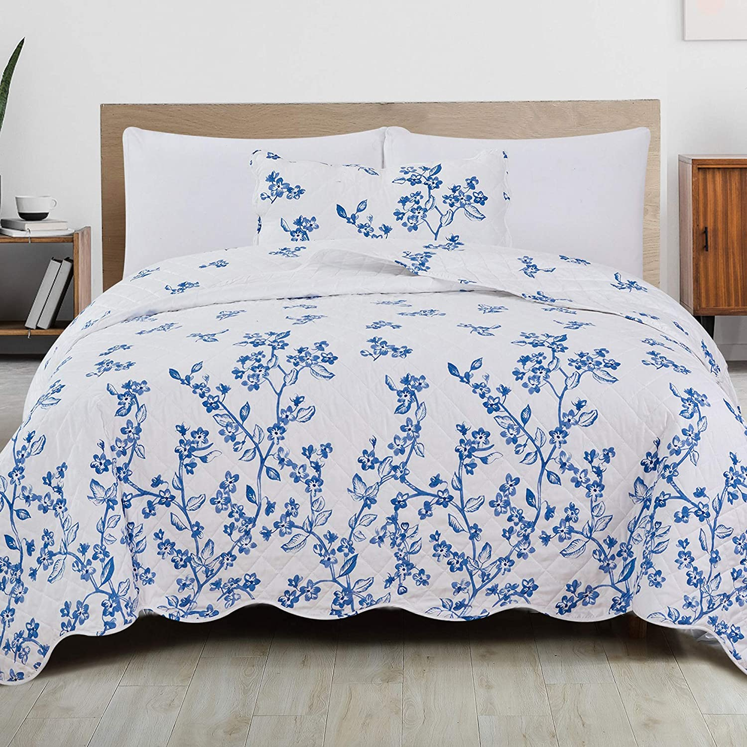 2-Piece Reversible Quilt Set with Shams. All-Season Microfiber Bedspread with Floral Print Pattern. Raelynn Collection