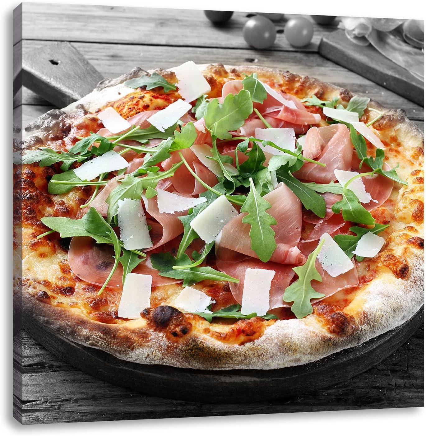 Prosciutto Pizza mit Rucola und Parmesan auf rustikalem Holztisch Leinwandbild W