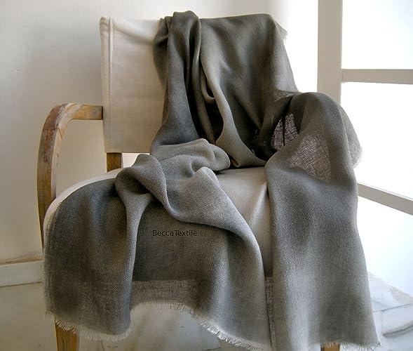 Manta decorativa gris. Manta ligera de yute. Plaid suave para sofá y cama.