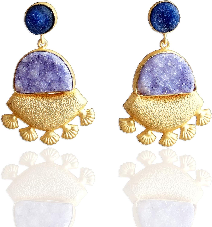 Pendientes colgantes chapados en oro mate de 18 quilates con piedra de cuarzo azul drusa