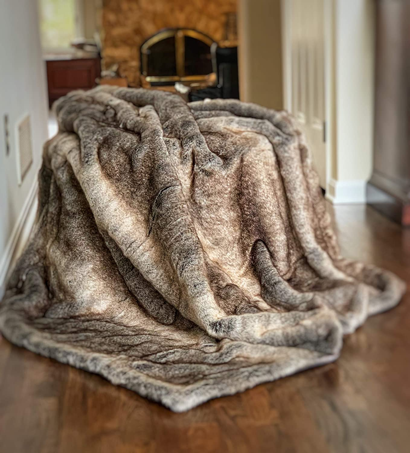 Amazon Com Tahari Mink Faux Fur Throw Home Luxury Plush Silver Tipped Gray Blanket Grey Home Kitchen