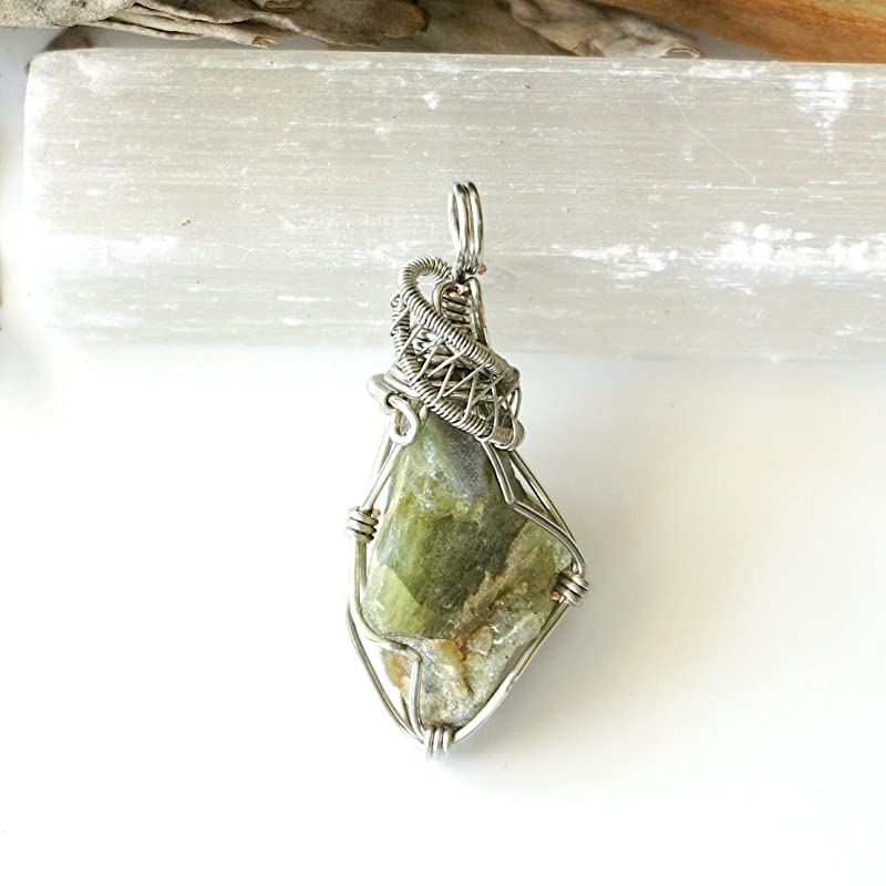 Peridot Crystal Necklace for Women Peridot Charm Natural Peridot Jewelry Birthstone Necklace Raw Peridot Pendant Necklace Gift for Her