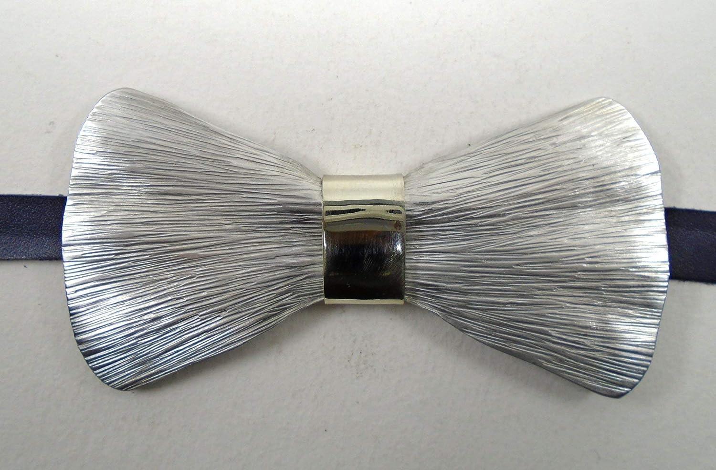 Corbata papillon, realizada a mano en aluminio mediante martillado ...
