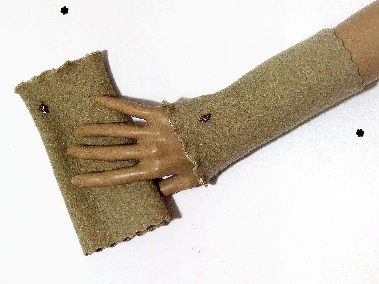 Armstulpen/Pulswärmer aus Beige-farbener Walkwolle (Walk, Walkstoff); Charm (kupferfarbenes Blätterchen)