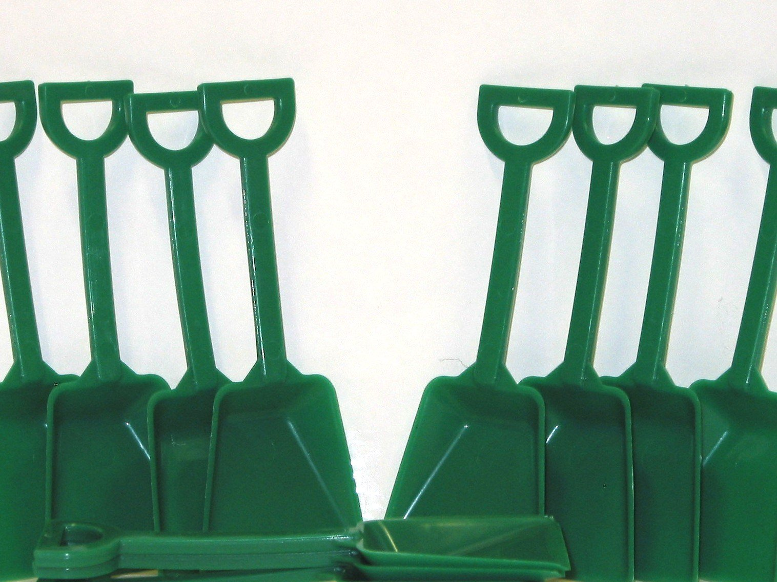 Small Green Toy Plastic Shovels Wholesale Lot, 7 Inches Tall, Pack 500