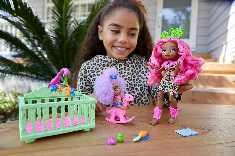 Cave Club coffret Babysitting avec poup/ée Fernessa aux cheveux roses avec mini-poup/ée b/éb/é des cavernes et accessoires GNL92 jouet pour enfant