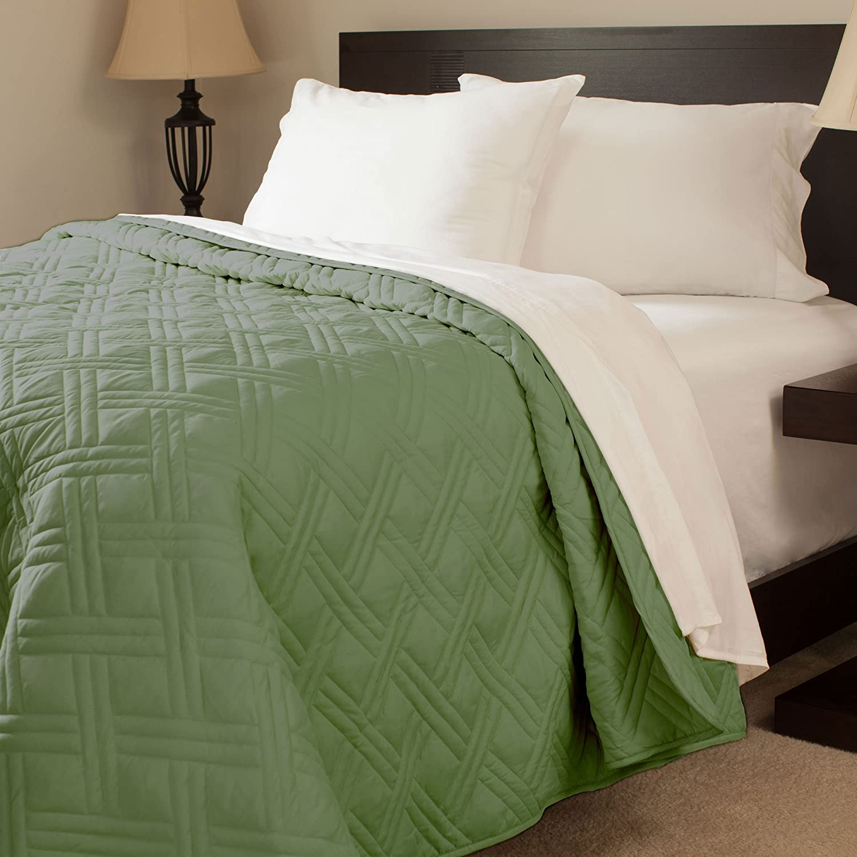 Lavish Home Solid Color Bed Quilt, King, Green