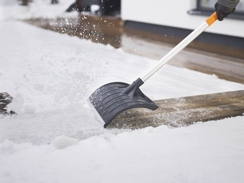 SnowXpert Fiskars Snow Plough for Small and Large Quantities of Snow Blade width: 52 cm 1003469 Plastic Blade//Aluminium Handle Black//Orange