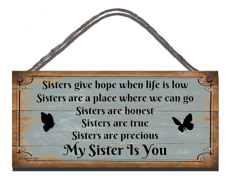 Gigglewick Gifts - Targa in legno da parete, motivo Sisters Give Hope When Life Is Low, scritta in stile shabby chic, divertente idea regalo [in lingua inglese]