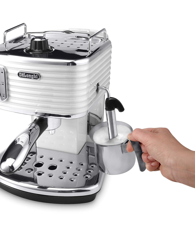 Schäumen der Milch mit der Espressomaschine Espresso Siebträgermaschine bis 200 Euro De'Longhi ECZ 351.W Scultura