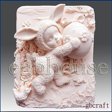 Kid vestidos Up en disfraz de conejo Holding decorado huevo – 2d jabón/vela/