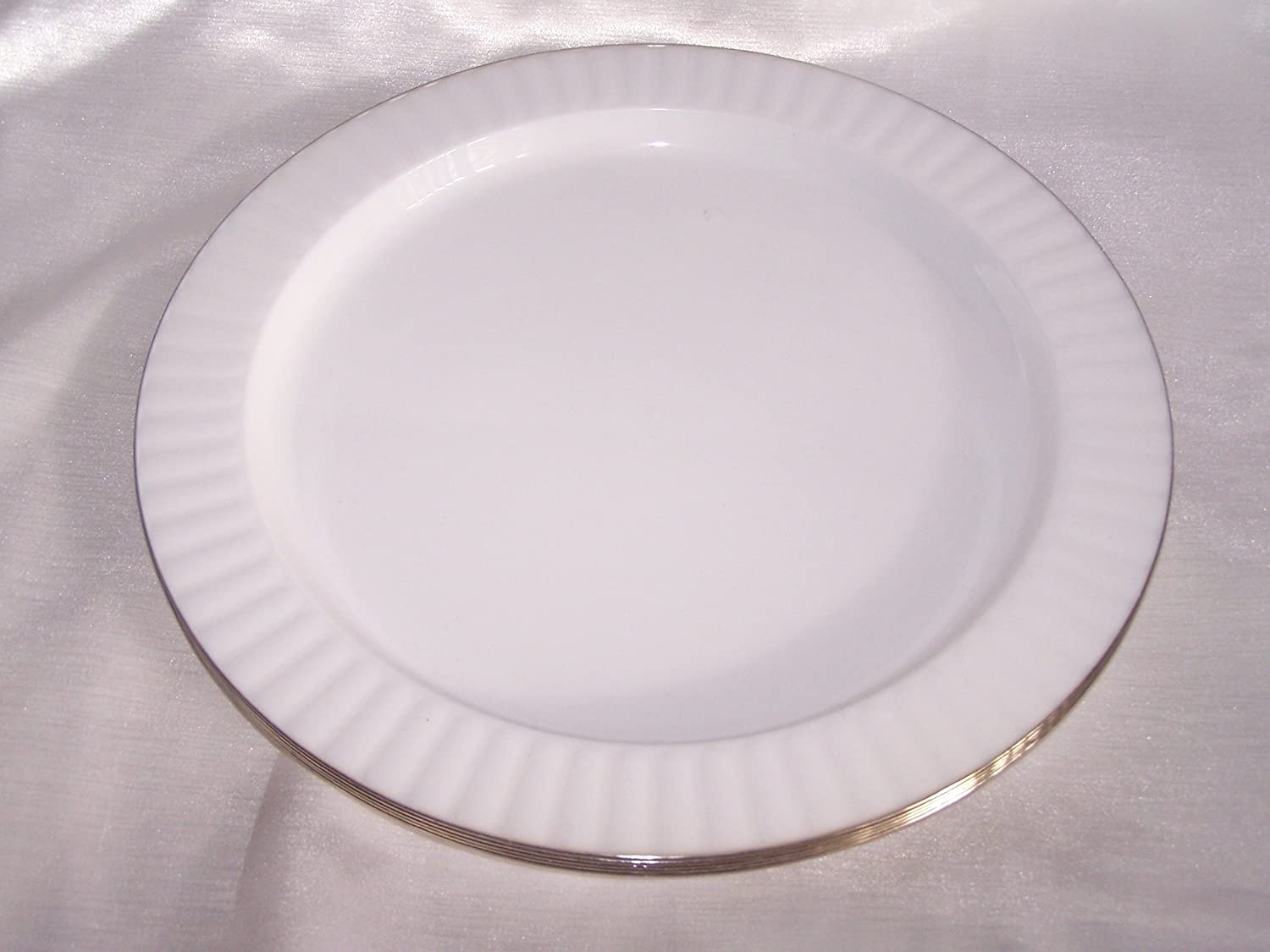 20 Luxurious Strong White Plastic Plates with Silver Rim 7\  Disposable - Party Weddings Catering Amazon.co.uk Kitchen \u0026 Home & 20 Luxurious Strong White Plastic Plates with Silver Rim 7 ...