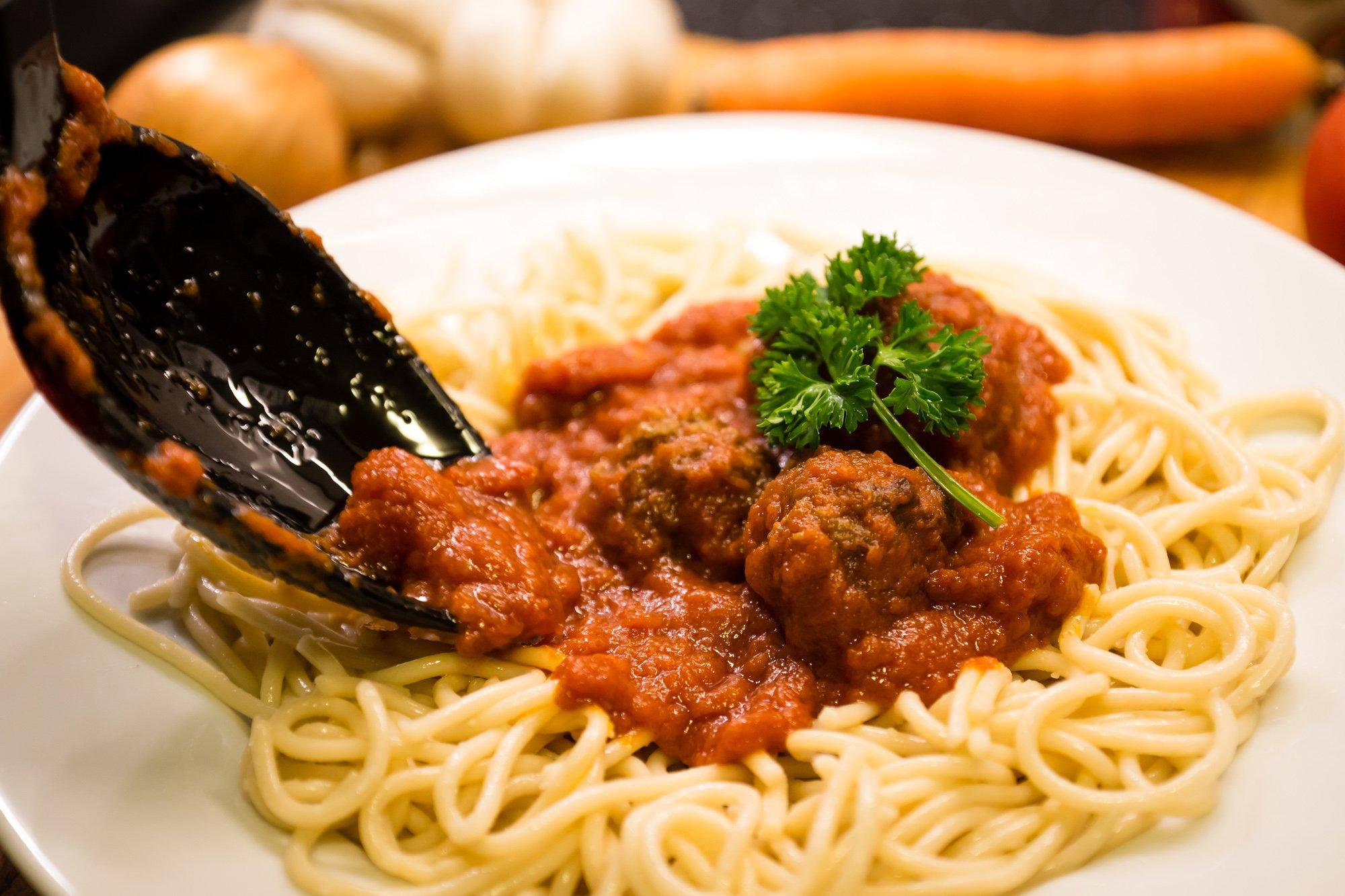 Set utensili da cucina Paulis Kitchen composto da 6 pezzi – in silicone / acciaio inox – cucchiaio da portata, cucchiaio forato, spatola, schiumarola, mestolo, servispaghetti