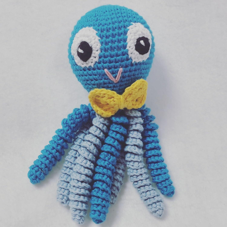 Octopus amigurumi pour nouveau-né en bleu avec nœud papillon jaune. Pieuvre au crochet pour bébé.