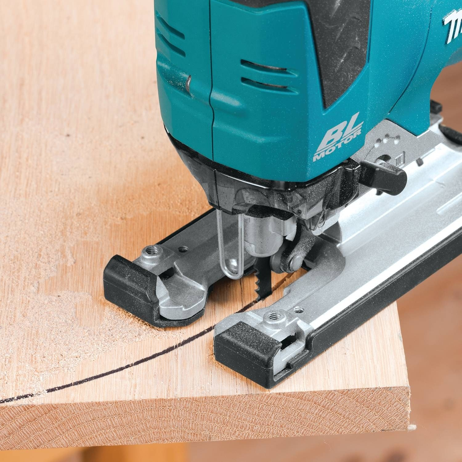 demonstration of Makita 18v in action cutting a curved line