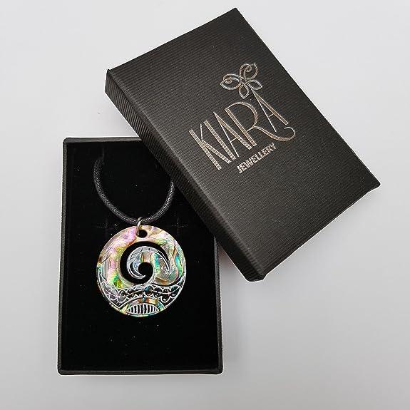 Collar con colgante MAori Koru de Kiara Jewellery, colgante con forma de cresta de ola, de concha verde de oreja de mar, en cordón negro y montado sobre ...