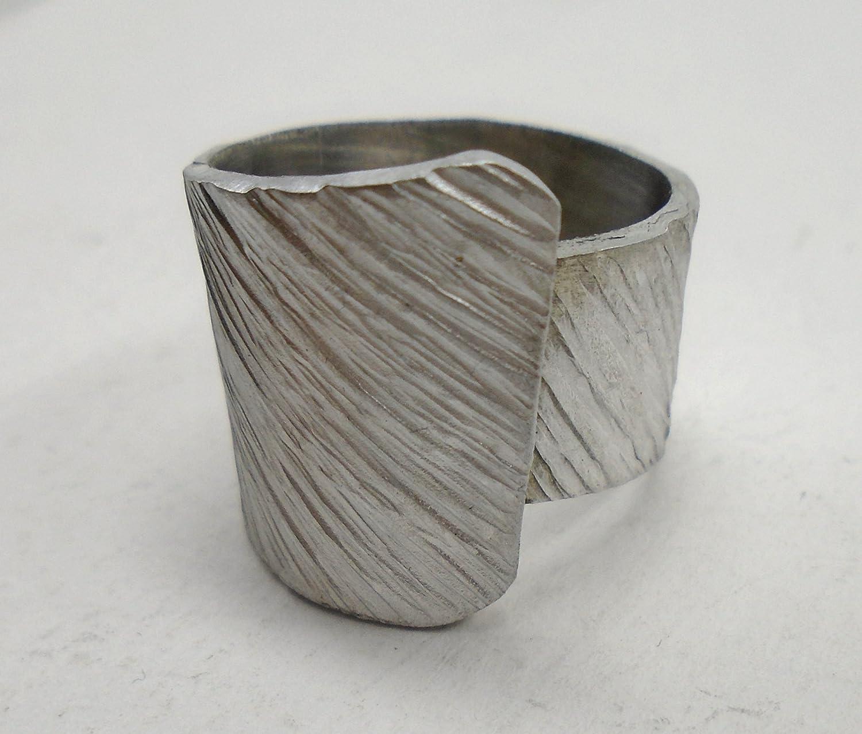 Anello a fascia aperto d'alluminio con linea diagonale
