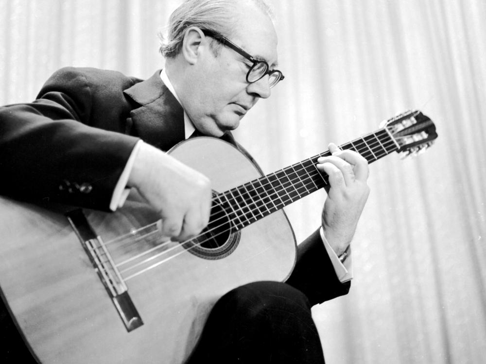 Amazon.com: ANDRES SEGOVIA ALBUM OF GUITAR SOLOS: Books