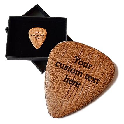 Púa de guitarra personalizada. Grabado con hasta 30 letras. Madera de Sapele. Caja