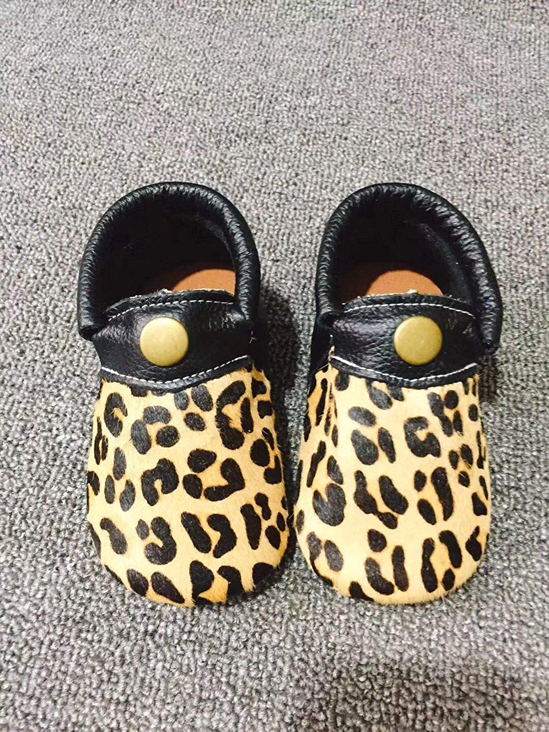 HONGTEYA Premium Leather Baby Slippers Fringeless Toddler Moccasins Leopard Print Sandals with Rubber Sole Shoes for Boys and Girls