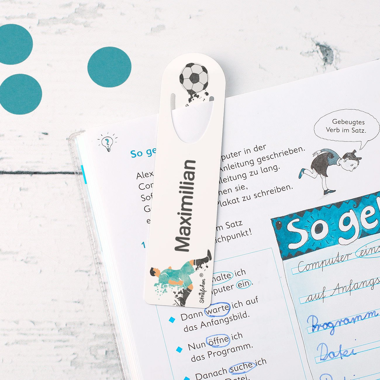f/ür den Schulstart mit Geschenkverpackung Fu/ßballer Motiv Striefchen/® Lesezeichen mit Namen