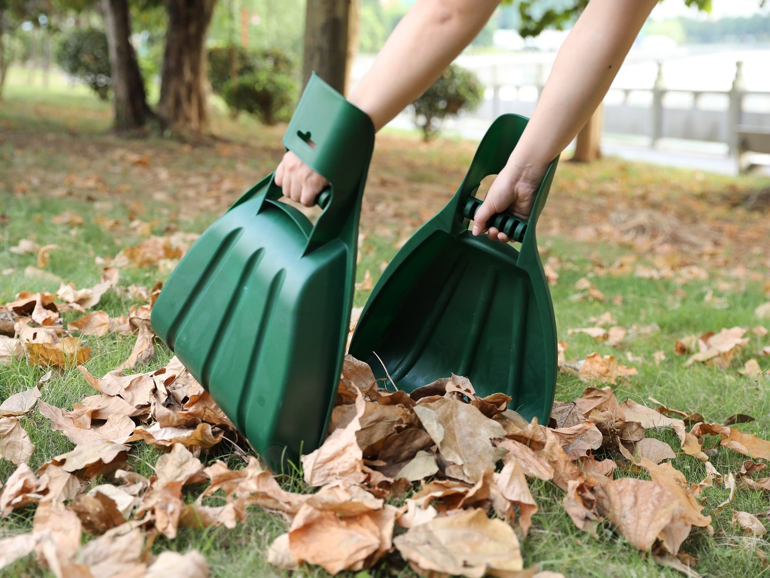 Pair of Large Handheld Leaf Scoops by Gardenised (Image #1)