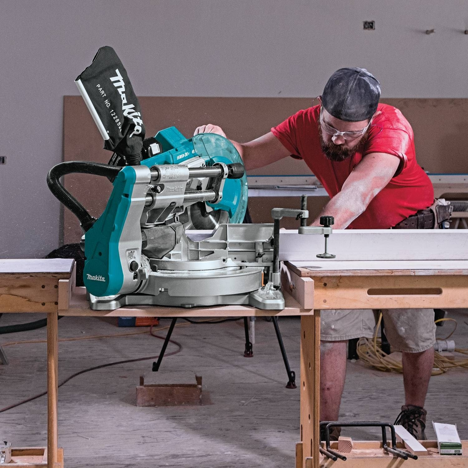 "Makita XSL06PT 10"" Dual-Bevel Sliding Compound Miter Saw with Laser Kit Review 3"