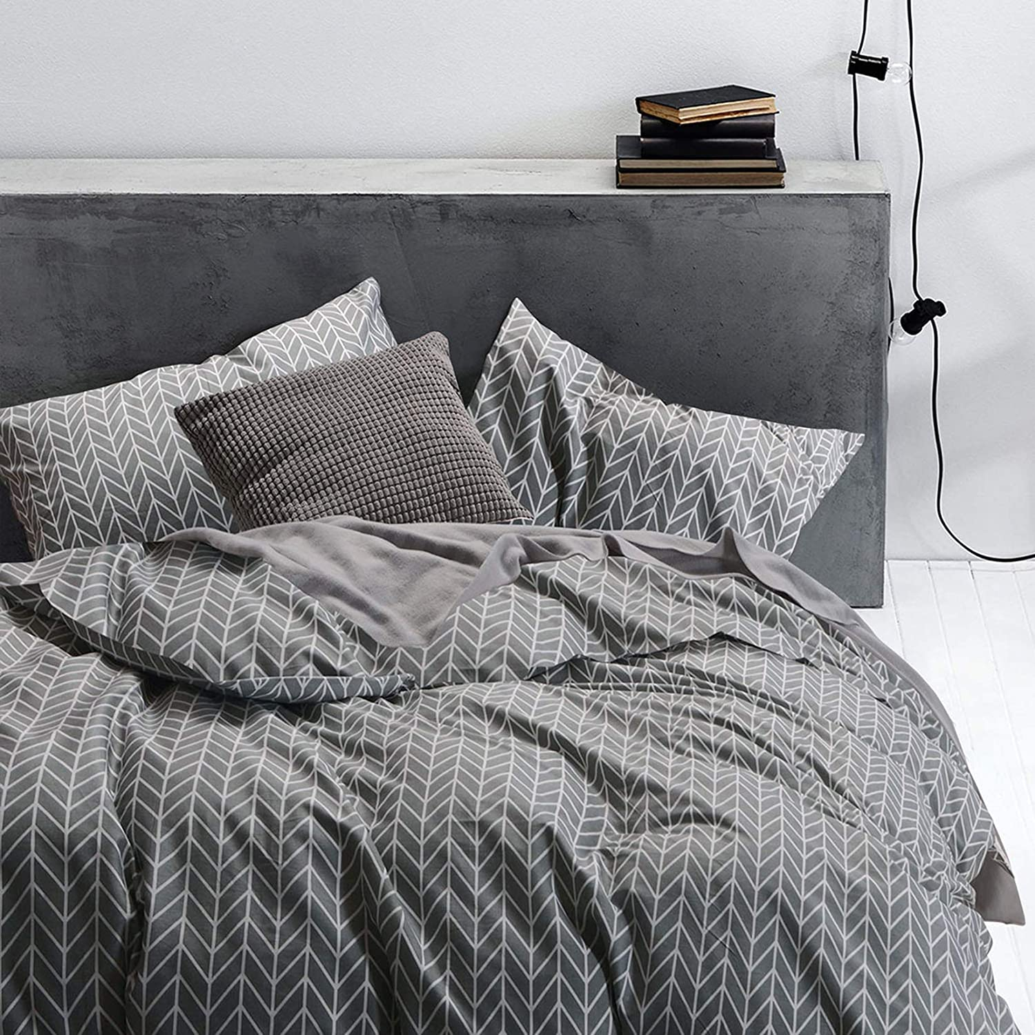 Wake In Cloud - Gray Comforter Set, Chevron Zig Zag Geometric Modern Pattern Printed on Grey, 100% Cotton Fabric with Soft Microfiber Inner Fill Bedding