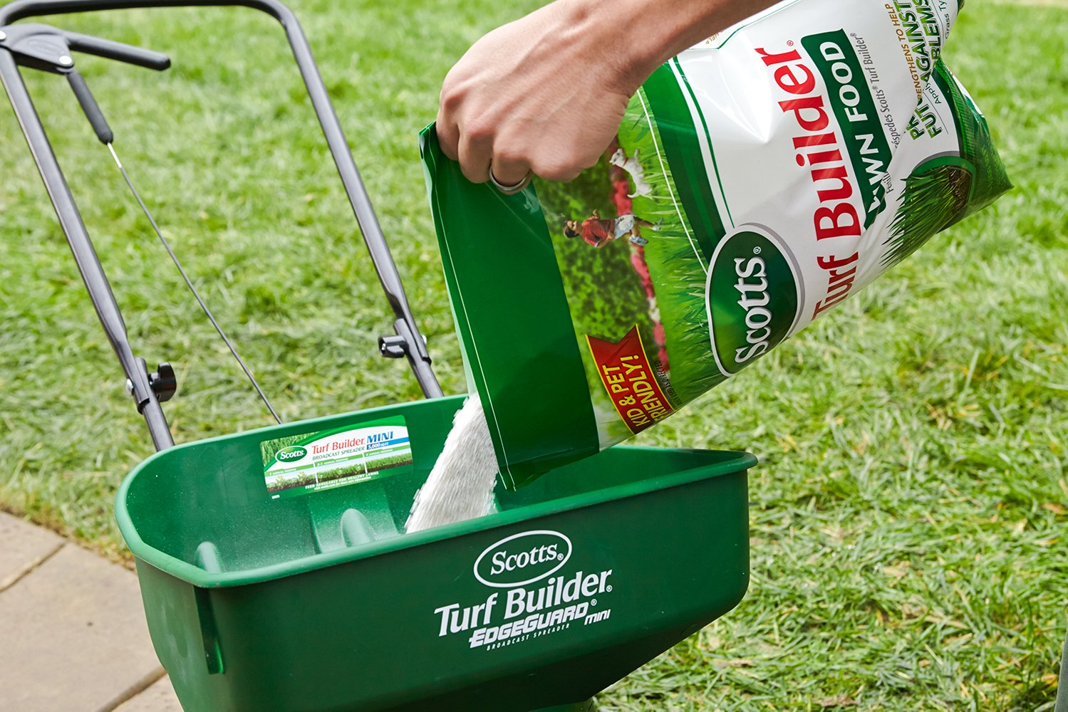 Scotts Turf Builder 500 sq Fertilizer Image 3