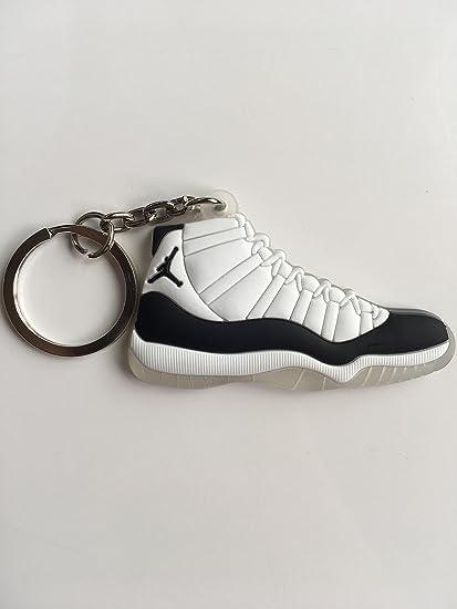 Amazon.com: Llavero con diseño de zapatillas de concordia ...