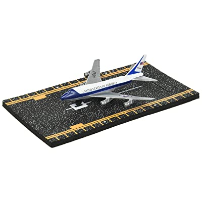 Hot Wings Air Force One with Connectible Runway: Toys & Games
