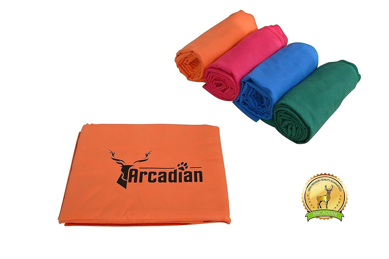 Toalla de microfibras grande para perro por Arcadian en azul, verde, naranja, y rosa. Estas vibrantes toallas son el regalo perfecto para su amada mascota.