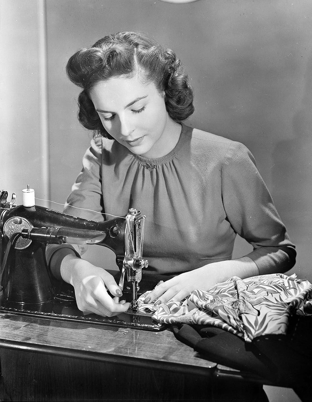 1943 Rosie remachadora con máquina de coser antigua fotografía ...
