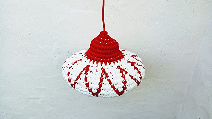 Lámpara blanca y roja de crochet